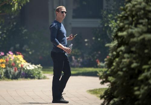 mark-zuckerberg-cam-nhan-su-cap-cao-o-facebook-dung-iphone