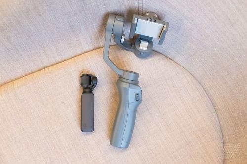Osmo Pocket nhỏ gọn hơn nhiều so với Osmo Mobile 2 dù còn được tích hợp camera và màn hình.