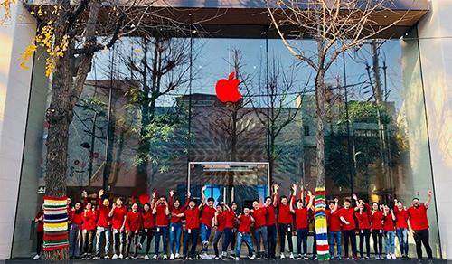 Logo và đồng phục nhân viên Apple chuyển sang màu đỏ để hưởng ứng ngày thế giới phòng chống bệnh AIDS.