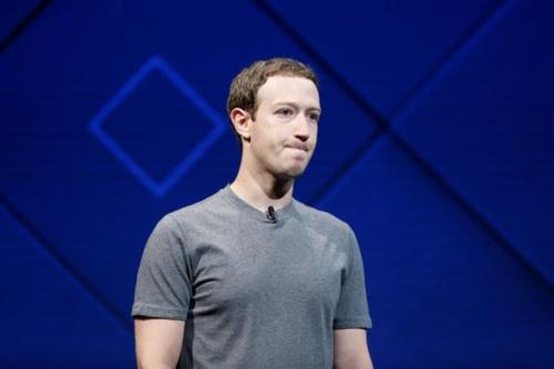 Mark Zuckerberg đang phải đối phó với thù trong giặc ngoài.