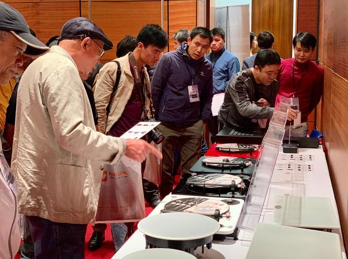 Hàng trăm thiết bị âm thanh trình diễn ở Hà Nội