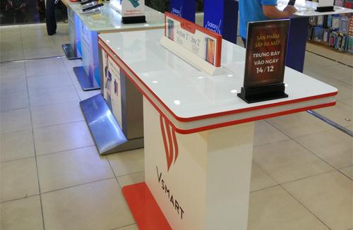 Bàn trưng bày của thương hiệu điện thoại Vsmart xuất hiện tại một hệ thống bán lẻ. Ảnh: TT.