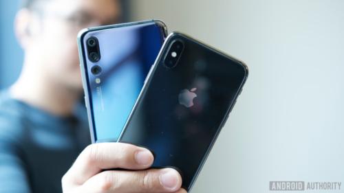 iPhone đang gặp khó khăn ở Trung Quốc trong khi điện thoại Huawei bị cấm bán ở Mỹ. Ảnh: Android Authority
