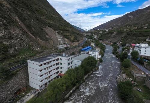 Một mỏ đào tiền ảo quy mô lớn được xây dựng sát bờ sông ở tỉnh Tứ Xuyên, Trung Quốc. Ảnh: Odaily.