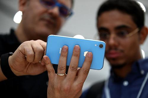 Lượng người mua iPhone không như mong được được cho là nguyên nhân khiến Apple phải giảm lượng máy sản xuất ra. Ảnh: BI.