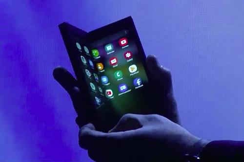 Mẫu điện thoại màn hình gập đôi được Samsung hé lộ cuối 2018. Ảnh: Cnet.