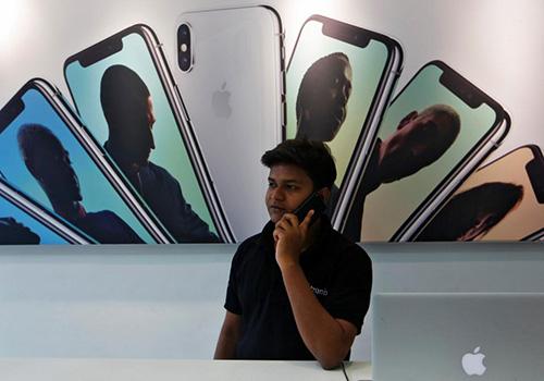 Mức giá nghìn USD khiến iPhone khó cạnh tranh tại Ấn Độ. Ảnh: Reuters.