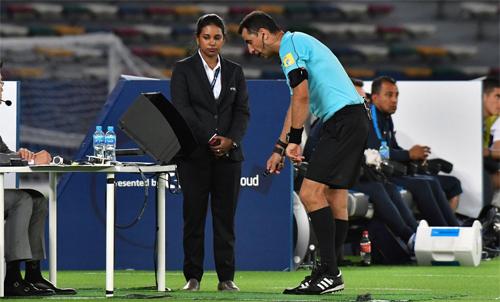 Trọng tài sử dụng VAR tại World Cup 2018. Ảnh: Reuters.
