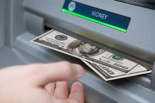 Nhiều tin tặc đang tìm cách lợi dụng lỗ hổng ngân hàng để đánh cắp tiền qua ATM. Ảnh TaxCredits