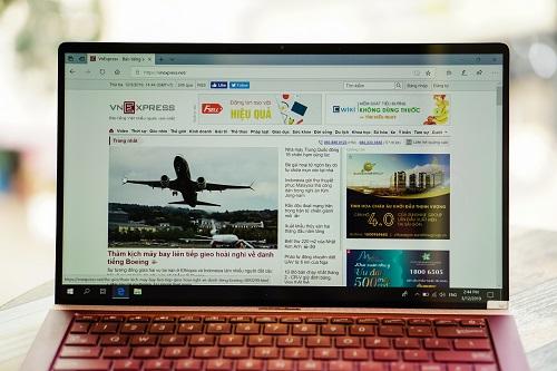 Điểm nổi bật của UX333 là sở hữu màn hình NanoEdge độ dày viền hai bên chỉ 2,8 inch, không gian hiển thị chiếm 95% mặt trước. Viền màn hình gọt mỏng đều cả bốn cạnh chứ không chỉ ba cạnh như các phiên bản Zenbook tiền nhiệm.