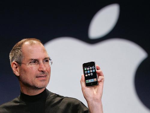 Steve Jobs cùng iPhone thế hệ đầu tiên năm 2007. Ảnh: Business Insider.