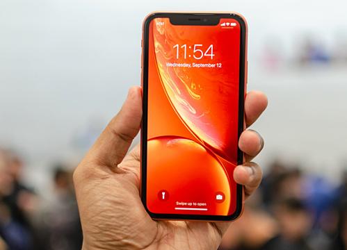iPhone XR có nhiều màu sắc, chip giống iPhone XS nhưng màn hình độ phân giải thấp và viền dày hơn iPhone X.