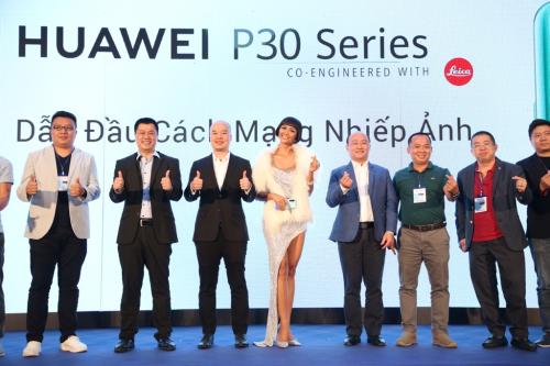 Top 5 Hoa hậu Hoàn vũ 2018 HHen Niê làm Giám đốc trải nghiệm của Huawei Việt Nam.