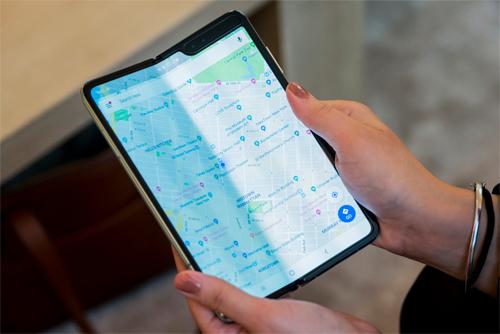Galaxy Fold chuyển đổi ứng dụng nhanh, nhưng có notch đen khá lớn ở góc phải và thấy rõ nếp gấp ở giữa. Ảnh: Business Insider.