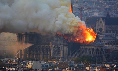Ngọn lửa dữ dội tại Nhà thờ Đức Bà Paris hôm 15/4. Ảnh: AFP