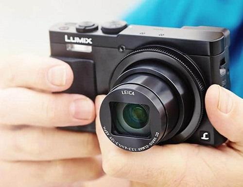 Panasonic Lumix ZS50 (giá 5,2 triệu đồng) có dáng giống phiên bản tiền nhiệm ZS40, phần tay cầm thiết kế cải tiến nhằm tăng độ thoải mái khi cầm nắm, thao tác. Mặt trước là ống kính Leica DC Vario-Elmar cho khả năng zoom quang học 30x. Cảm biến trong máy là High Sensitivity MOS kích thước 1/2.3 inch, độ phân giải là 12,1 chấm.