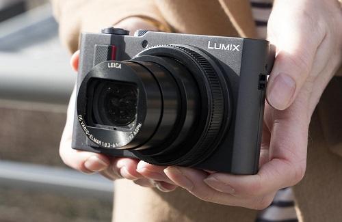 Panasonic Lumix ZS200 (giá 19,4 triệu đồng) nhỏ gọn nhờ tích hợp cảm biến ảnh 1 inch bên trong. Thiết bị vẫn đáp ứng nhu cầu của dân du lịch với thiết kế đẹp, gọn. Ống kính Leica Vario-Elmar tiêu cự 24-360mm cho phép các người dùng tạo ra những bức ảnh đa dạng thể loại trong chuyến hành trình.