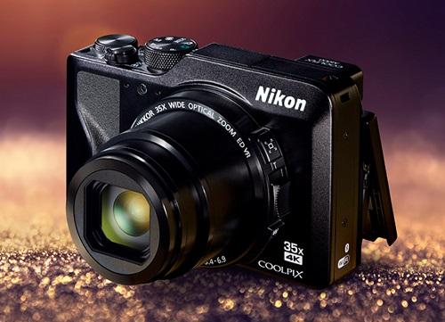 Nikon A1000 (giá 13,3 triệu đồng) vừa giới thiệu ra thị trường vào tháng 1/2019. Máy ảnh có thiết kế thời trang, hiện đại, trang bị kính ngắm điện tử hỗ trợ zoom quang lên đến 35x, tương đương dải tiêu cự 24-840mm, tối đa đến 1.680mm khi bật chế độ Dynamic Fine Zoom.