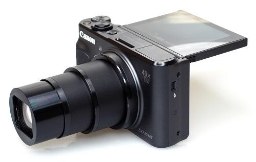 Canon PowerShot SX730 HS (giá 10,7 triệu đồng) trang bị nhiều tính năng nổi bật cho nhu cầu chụp ảnh phong cảnh đến selfie như cảm biến CMOS 20,3 megapixel rõ nét, ống kính zoom quang 40x, màn hình xoay 180 độ cùng tính năng làm mịn da khi tự chụp chân dung.