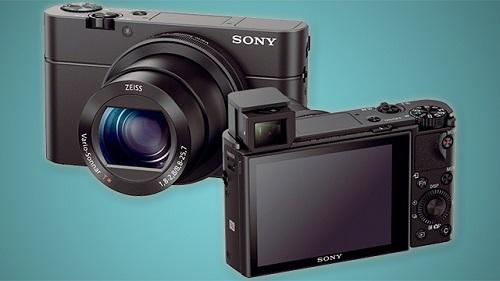 Sony RX100 III (giá 19,9 triệu đồng) thuộc dòng máy ảnh compact cao cấp RX series rất thành của Sony từ năm 2012. Máy chỉ nặng 290g, thân hình nhỏ gọn nhưng có kết cấu vẫn chắc chắn nên phù hợp mang vác. Điểm nhấn của RX100 III là kính ngắm điện tử EVF công nghệ OLED, cảm biến 20.1 megapixel, khẩu độ f/1.8-2.8 cho ảnh chi tiết cao.