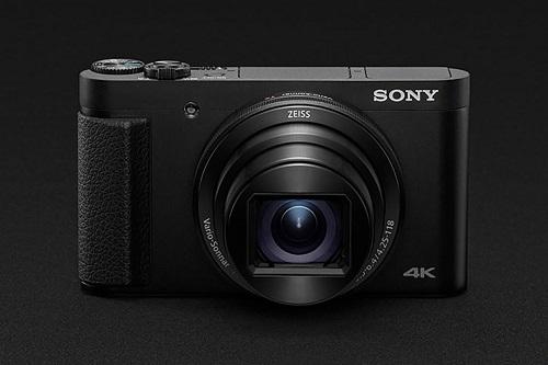 Sony Cyber-shot HX99 (giá 12,6 triệu đồng) trình làng tại IFA 2018 mang trong mình ống kính Zeiss Vario-Sonnar T có độ phóng đại lớn, tiêu cự đi từ 24-720mm. Theo Sony, đây là dòng máy nhỏ gọn nhất thế giới khả năng zoom xa, quay phim 4K, hỗ trợ bluetooth.