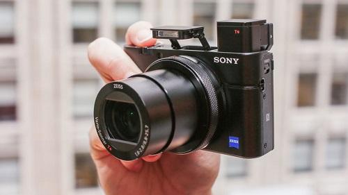 Sony RX100 IV (giá 33 triệu đồng) là phiên bản nâng cấp đáng giá của RX100 III. Việc tích hợp cảm biến chồng Exmor RS giúp máy tăng tốc đáng kể, màn trập điện tử đạt tốc độ 1/32.000 giây. Đặc biệt máy có thể quay phim 4K chất lượng cao tối đa 5 phút và quay phim tốc độ cao 250-1000 khung hình mỗi giây.