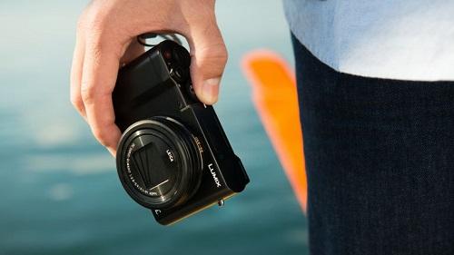 Panasonic Lumix ZS100 (giá 12,9 triệu đồng) ra mắt năm 2016. Tại thời điểm trình làng, máy định vị đầu bảng cho nhu cầu chụp ảnh du lịch với cảm biến ảnh 1 inch, ống kính zoom 10x thay đổi tiêu cự từ 25-250mm, khẩu độ ban đầu f/2.8. Thân máy rất nhỏ nhẹ phù hợp để cầm quay các đoạn phim video 4K