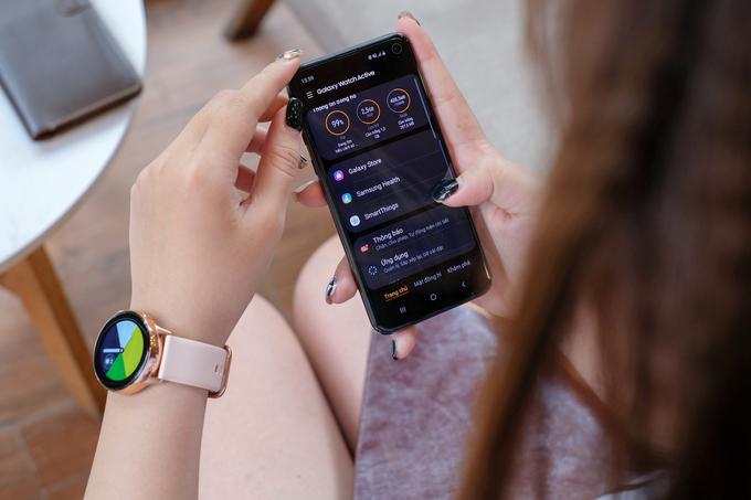 Smartwatch thời trang giá 5,5 triệu đồng