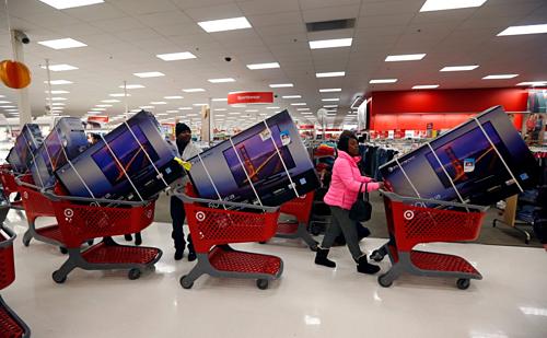 Dân Mỹ tranh nhau mua TV hạ giá trong dịp Black Friday. Ảnh Reuters