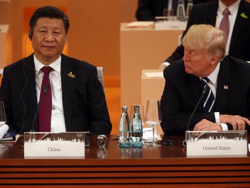 Tổng thống Mỹ Donald Trump (phải) và Chủ tịch Trung Quốc Tập Cận Bình (trái) tại Hội nghị thượng đỉnh G20 diễn ra ngày 7/72017 ở Hamburg, Đức. Ảnh: Business Insider