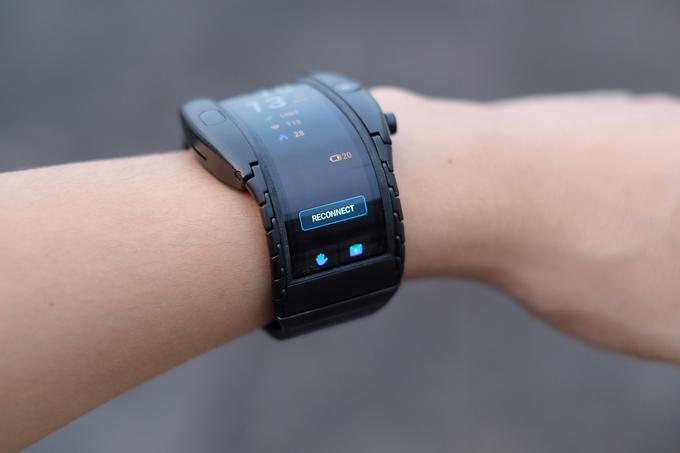 Smartphone đeo tay màn hình uốn dẻo giá 10 triệu đồng