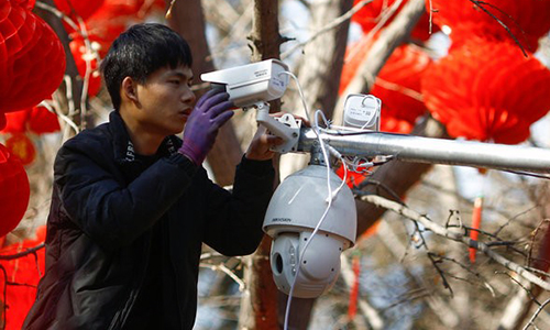 Công nhân lắp đặt camera Hikvision. Ảnh: NYT