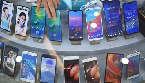 Mảng smartphone của Huawei cũng liên tiếp gặp khó khi bị cả Google, Qualcomm, ARM, Xilinx... quay lưng.