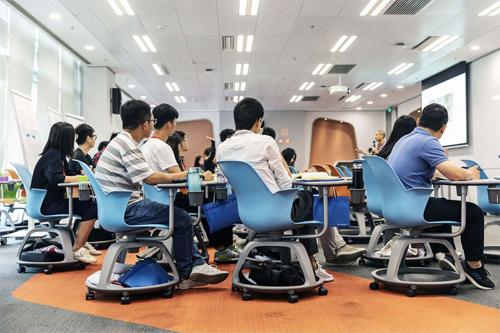 Các nhân viên Huawei tham gia một khóa đào tạo ngày 23/5.