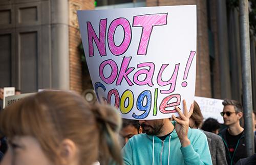 Một trong những khẩu hiệu mà nhân viên giương lên để phản đối Google năm ngoái. Ảnh: Business Insider.