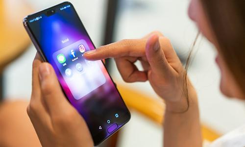 Huawei trấn an người dùng trước việc Facebook không được cài sẵn trên điện thoại. Ảnh: Adweek