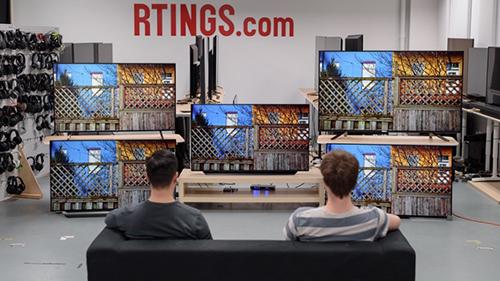 Các biên tập viên Rtings đang đánh giá TV OLED của LG.