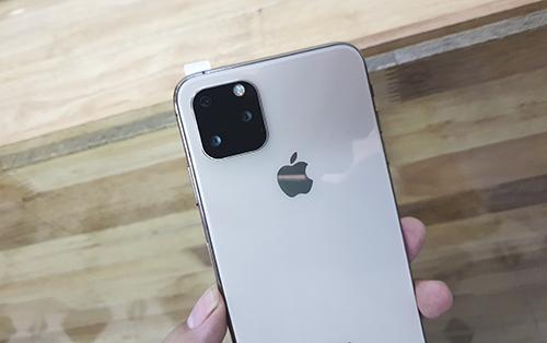 Mặt sau iPhone nhái có thiết kếcụm camera ba ống kính như tin đồn. Ảnh: Bảo Lâm.