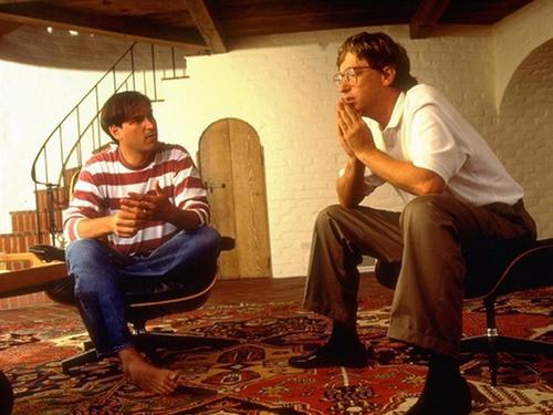 Steve Jobs (bên trái) và Bill Gates (bên phải).