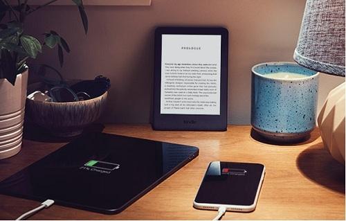 Bộ sản phẩm Kindle gồm Kindle thế hệ mới, tích hợp đèn trước; bao vải xanh coban và bộ đổi nguồn. Đèn trước có thể điều chỉnh đểđọc thoải mái trong nhiều giờ,trong nhà và ngoài trời, ngày lẫn đêm. Màn hình không lóa dưới ánh mặt trời, thời gian sử dụng kéo dài hàng tuần.