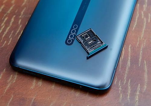 Khác biệt so với phiên bản chuẩn và Find X là smartphone có thể mở rộng bộ nhớ trong bằng khe cắm thẻ nhớ.
