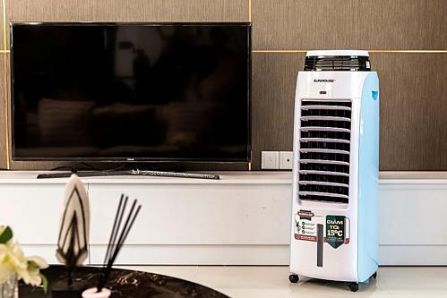 Nhiều loại quạt điều hòa có kích thước nhỏ gọn, phù hợp với phòng khách mở và không tốn quá nhiều điện như máy điều hòa gắn tường.