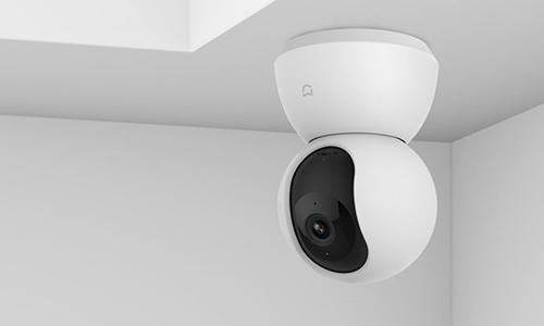 Camera 360 độ của Xiaomi có thể xem mượt mà với mạng 3G, kèm sẵn đế treo trần.