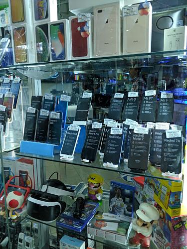 Một cửa hàng điện thoại ở City Market trưng bày Huawei P30 Pro, Xiaomi Mi 9, iPhone XS Max vàSamsung Galaxy A70 - những thiết bị này đều vượt quá khả năng chi trả của phần lớn người dân Venezuela. Ảnh: Xda-developers.