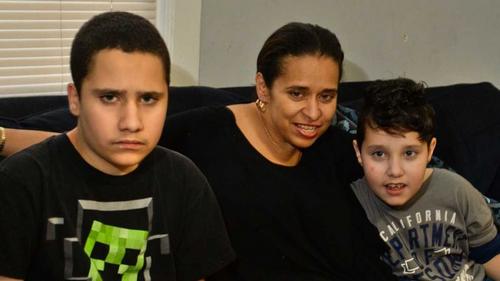 Chị Dayann McDonough bên hai con Doulass (10 tuổi) và Donovan (8 tuổi).