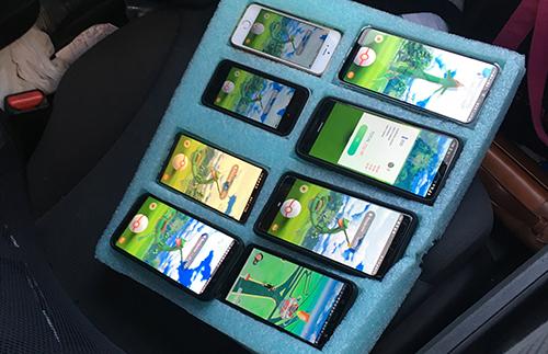 8 chiếc smartphone cùng bật game Pokemon Go cùng lúc.