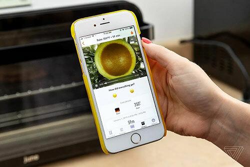 Lò nướng có thể kết nối được với điện thoại qua ứng dụng, hỗ trợ phát trực tiếp quá trình nấu ăn trên màn hình.