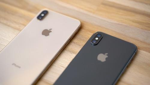 Logo Apple trên iPhone XS.