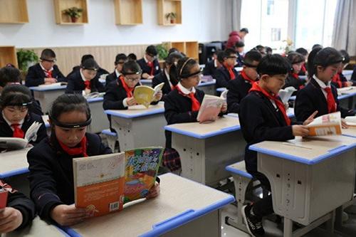 Lớp học giấu tên ở Trung Quôc sử dụng thiết bị phân tích sóng não để theo dõi khả năng tập trung của học sinh. Ảnh: SCMP