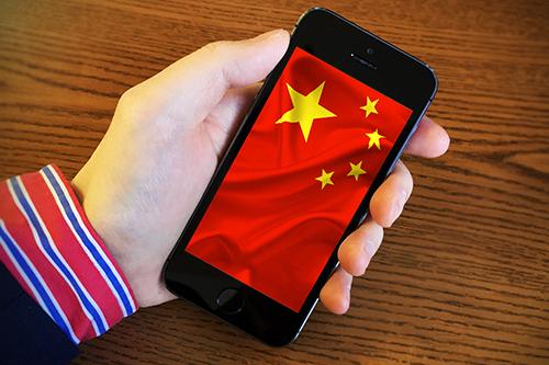 Nhóm đối tượng bị hack iPhone được cho là tộc người thiểu số Ngô Duy Nhĩ ở Tân Cương. Ảnh: Paymentweek.